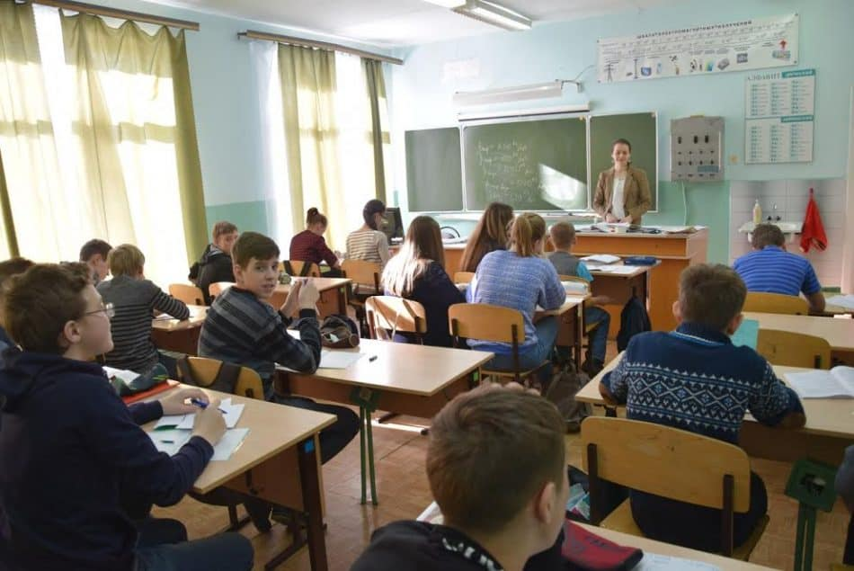 Урок физики в десятом классе ведет Оксана Леонидовна Морозова