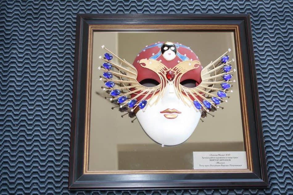 Виктор Антонов подарил свою «Золотую маску» Театру кукол Карелии