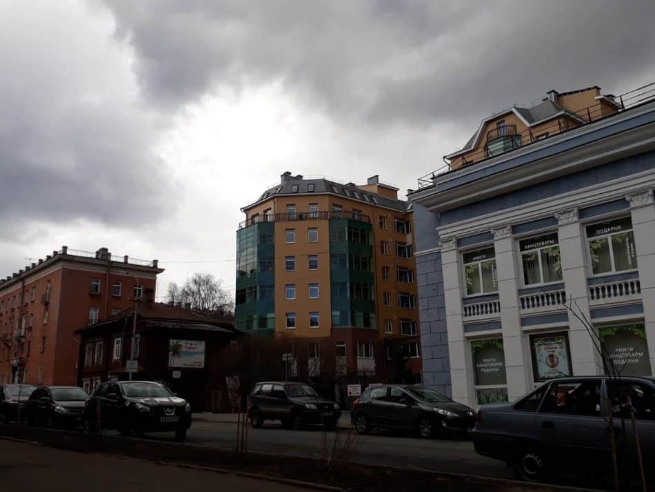 """Дом на улице Свердлова, 26, нависающий над зданием бывшего """"Детского мира"""""""