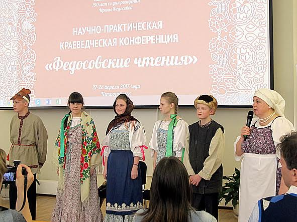 Ученики Шуньгской школы показали на заонежском диалекте сказку «Маша и медведь». Первая справа – председатель общества «Заонежье» Валентина Сукотова