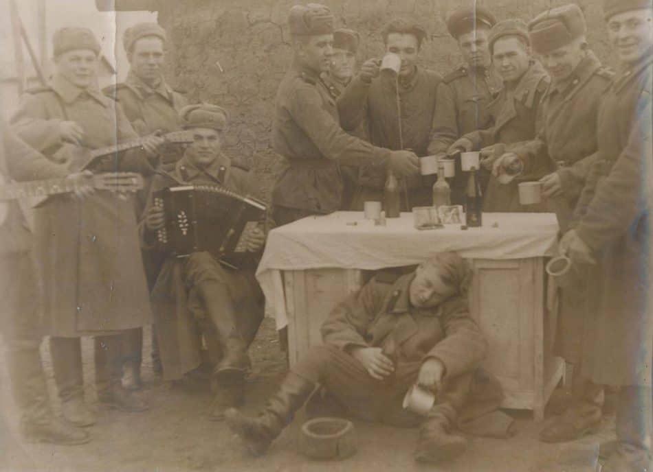 12 мая 1945 года. Так в пехотном полку встретили весть о Победе. Второй справа старший сержант Александр Гладков