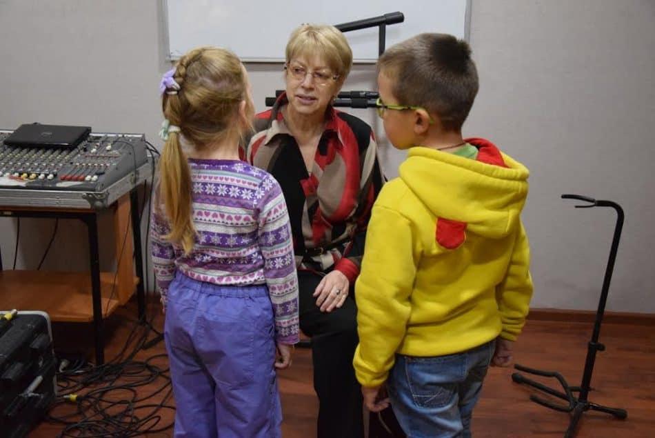 Клара Макарова со своими воспитанниками записывает песню в студии звукозаписи