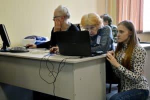 Студенты-волонтёры обучают ветеранов войны и труда компьютерной грамотности