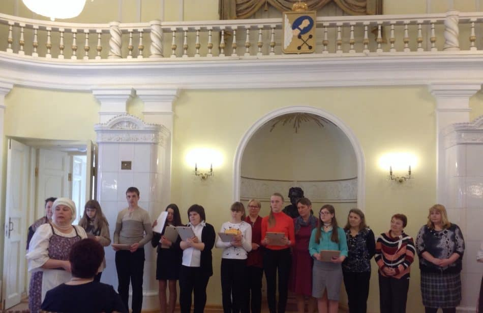 Школьники-исследователи и их наставники. Слева - Валентина Сукотова, инициатор Малых Федосовских чтений
