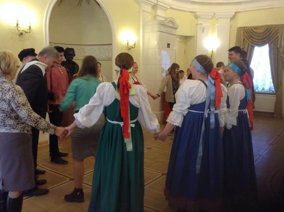 В хоровод вовлекли всех гостей – даже министра Андрея Манина