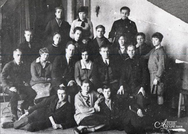 Первые студенты Карельской студии Ленинградского художественного училища. 1-й ряд 3-й слева - Рагнар Нюстрем. Ленинград, 1929 год