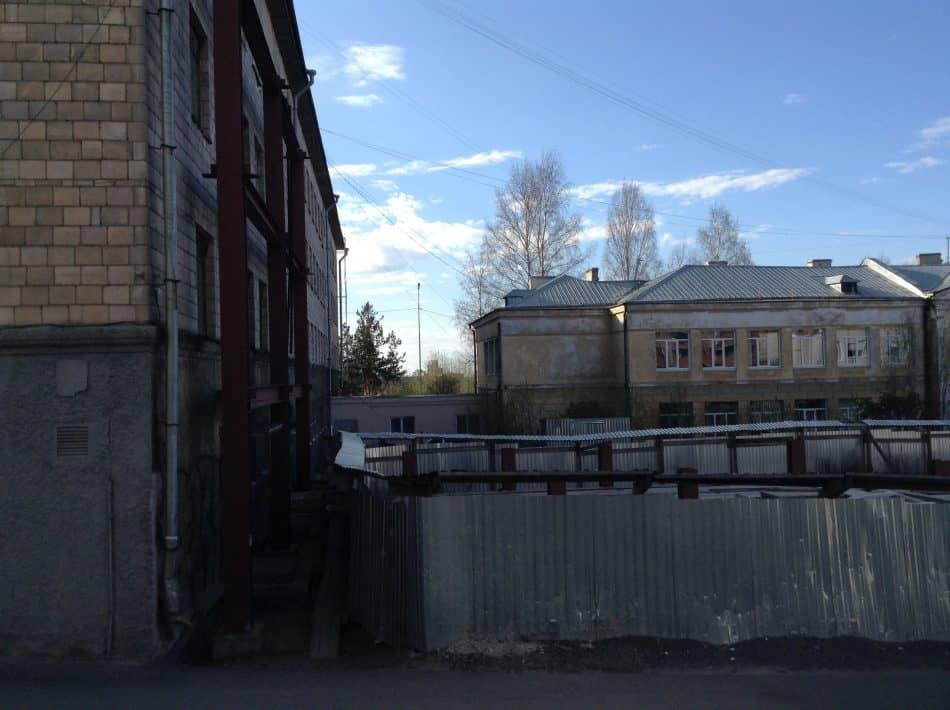 """23 мая 2017 года. Слева корпус школы-интерната №22, с ним соединяется корпус, в котором находится центр """"Ровесник""""  и   с осени будет располагаться детский технопарк"""
