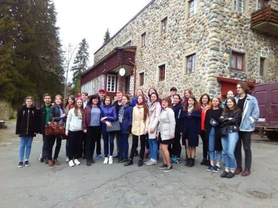 Студенты колледжа при Петрозаводской консерватории у Дома творчества композиторов