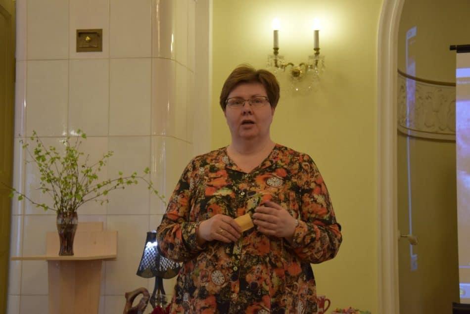 Директор лицея № 40 Светлана Савицкая в начале 80-х училась у Фрадкова математике. Вспоминает, что, поскольку двойки негласно были запрещены, он мог поставить нерадивому ученику тройку с 16 минусами!