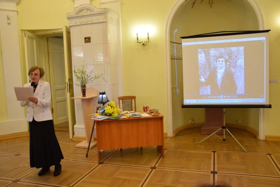 Людмила Фрадкова читает посвящение Софьи Александровны Фрадковой мужу в день золотой свадьбы, за месяц до его смерти