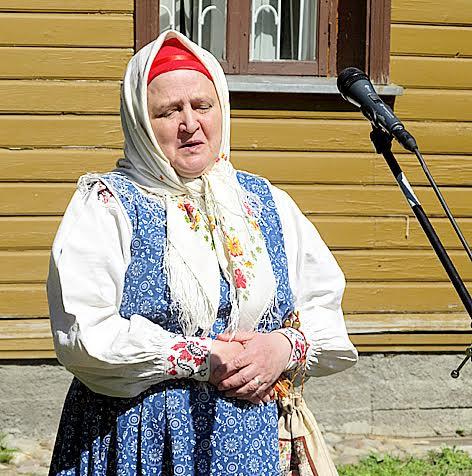 Софья Брусникина из Архангельска исполняет свадебную песню из репертуара Ирины Федосовой