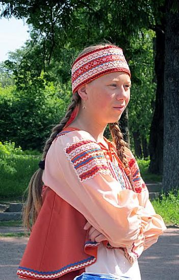 Народный костюм делает любую девушку неповторимой