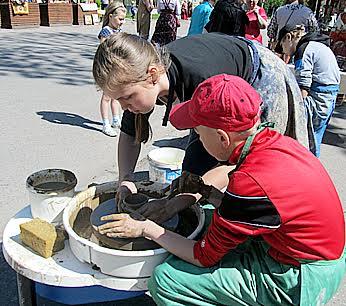 На Олонецком Арбате можно было не только купить сувениры, но и освоить азы ремесел