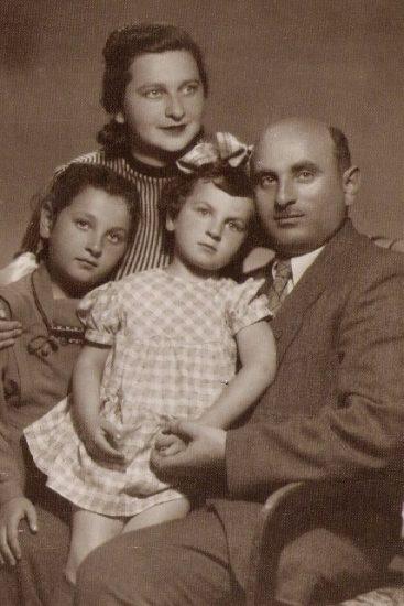 Софья и Исаак Фрадковы с дочерьми Дарьей и Милой