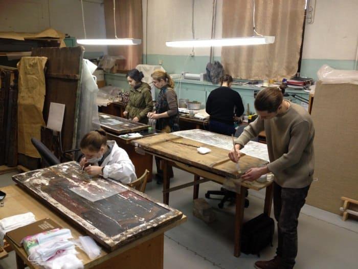 Студенты Российской Академии Ильи Глазунова на практике в Музее изобразительных искусств Карелии