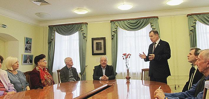 Гостем вернисажа был член Совета Федерации, бывший глава Республики Карелия Сергей Катанандов