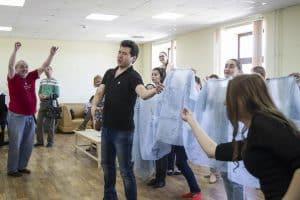 Юрий Александров на репетиции спектакля «Любовный напиток»