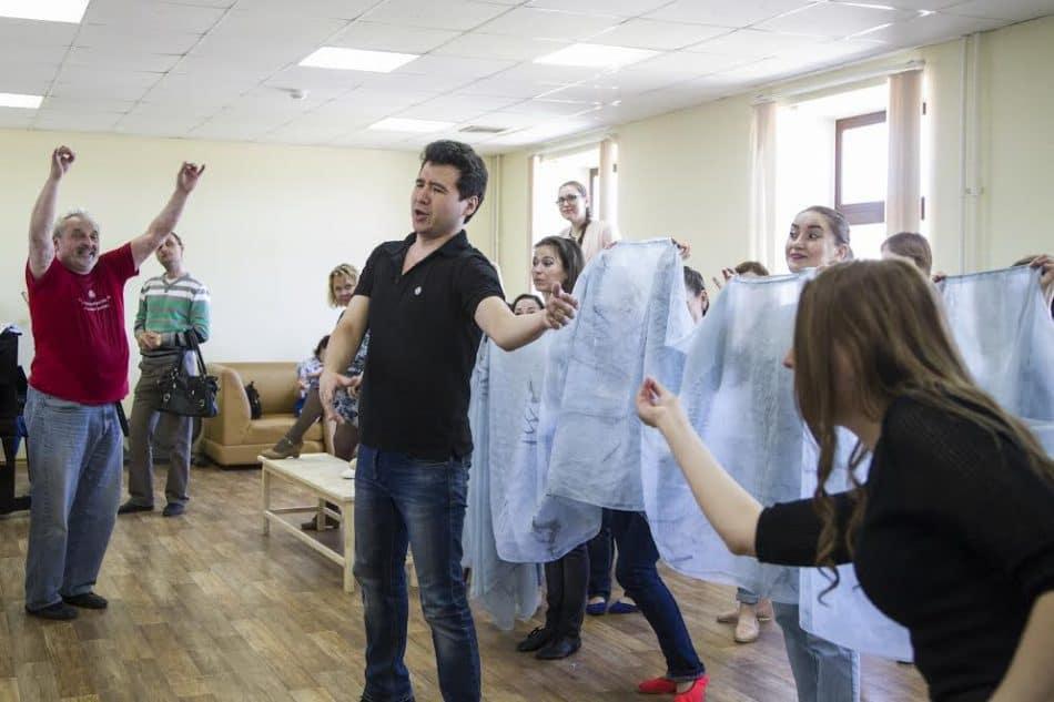 Юрий Александров на репетиции спектакля «Любовный напиток». Фото Виталия Голубева