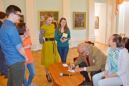 Питер Нобель охотно раздавал автографы