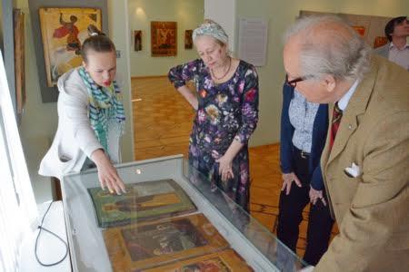 Питер Нобель знакомится с экспозицией Музея изобразительных искусств Карелии