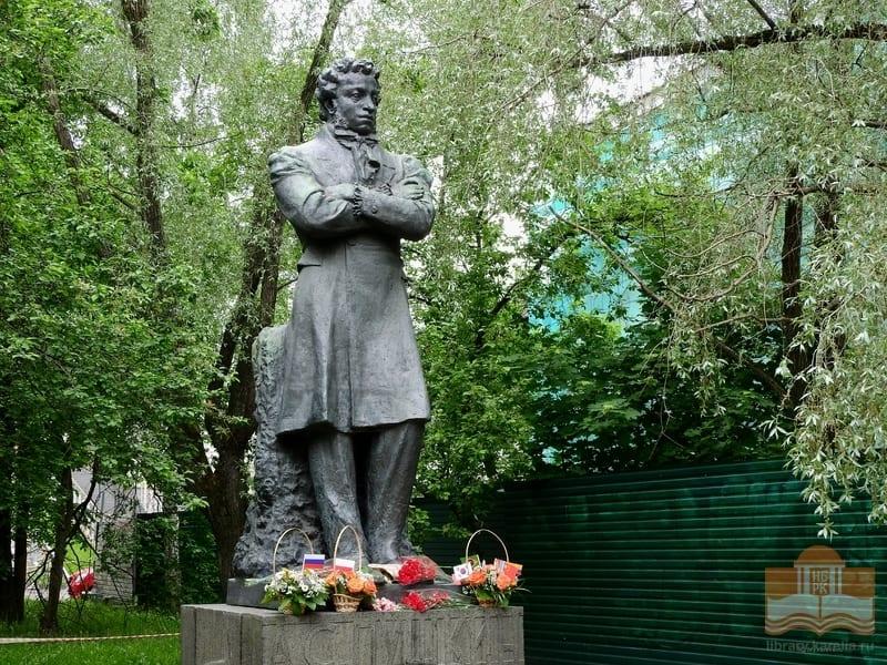 Памятник Александру Пушкину у Национальной библиотеки Карелии