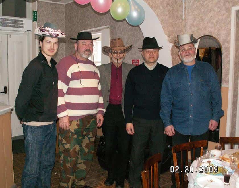 Николай Иванович Шилов (в центре) с коллегами в минуту отдыха