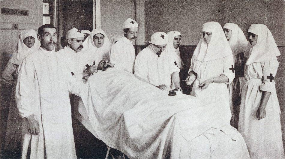 Императрица Александра Федоровна подает инструменты во время операции. 4-я слева Анна Вырубова
