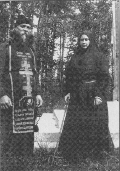 Монахиня Мария (Вырубова) в Смоленском скиту Валаамского монастыря со своим духовником иеросхимонахом Ефремом. 1937 год