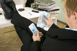 Среднемесячная зарплата федеральных госслужащих составляет 115,7 тысяч рублей