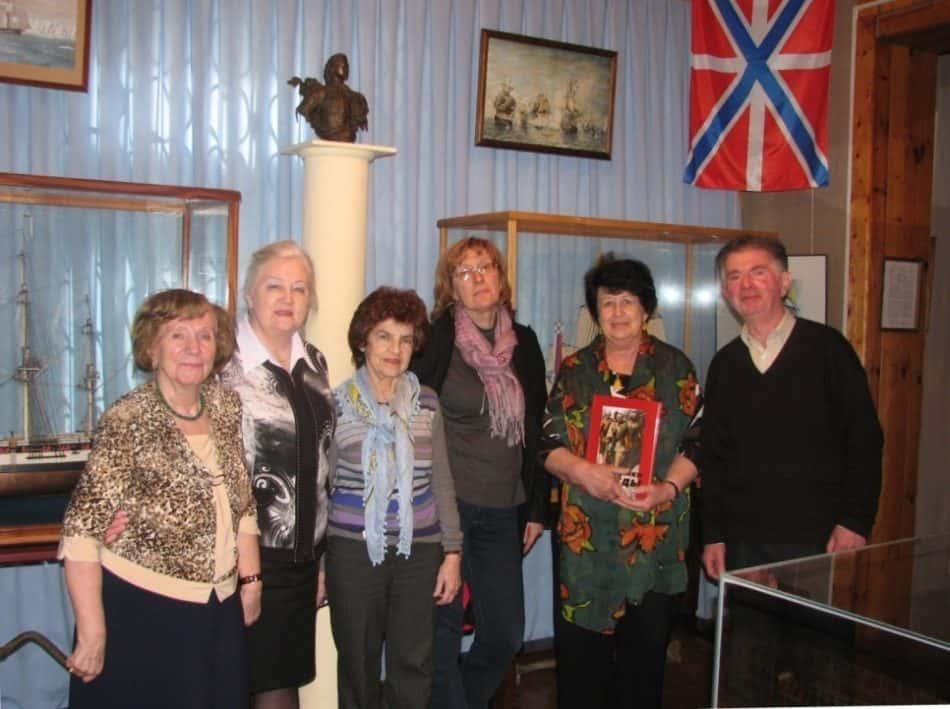 Первое наше посещение музея, вся наша карельская группа и директор музея Н.В. Трошева (вторая слева)
