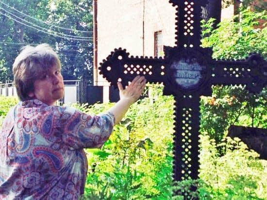 12 августа 2017 года, Юлия Свинцова у фамильного захоронения своих предков Майеров на Волковом кладбище