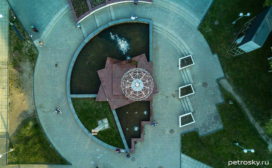 Фонтан на Студенческом бульваре. Фото с сайта petrosky