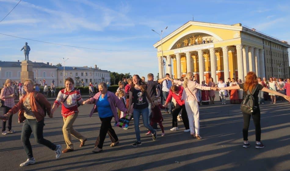 В Петрозаводске 300 человек станцевали круугу