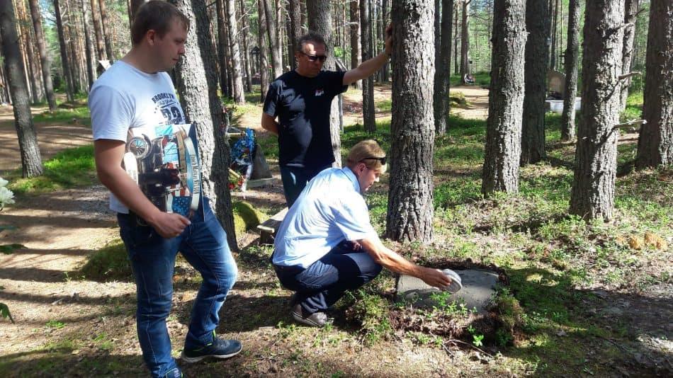 Сергей Нельсон высыпает родную землю в могилу