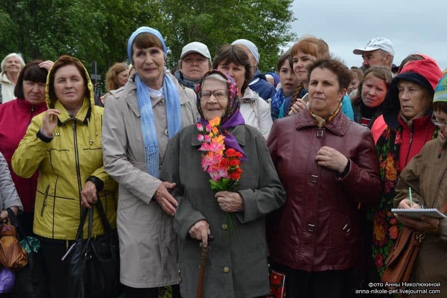 Валентина Михайловна Титова (с цветами в руках). Фото Анны Ларионовой