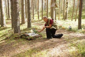 Виктор Нельсон у символической могилы отца