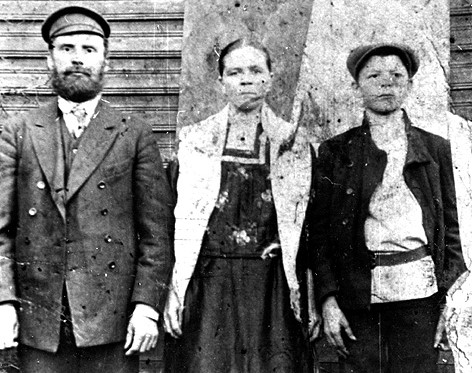 Иван Герасимович Рябинин с супругой Марфой Петровной и старшим сыном Степаном