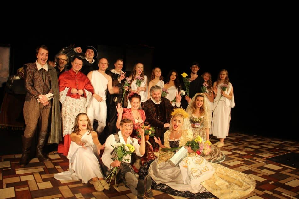 Актеры Национального театра после успешного спектакля «Двенадцатая ночь, или Что угодно», показанного в Санкт-Петербурге. Фото из группы vk.com/nationaltheatre
