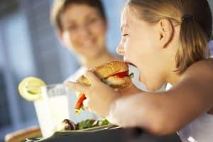 Большая часть нарушений здоровья связана с нерациональным питанием детей. Фото www.tvk6.ru