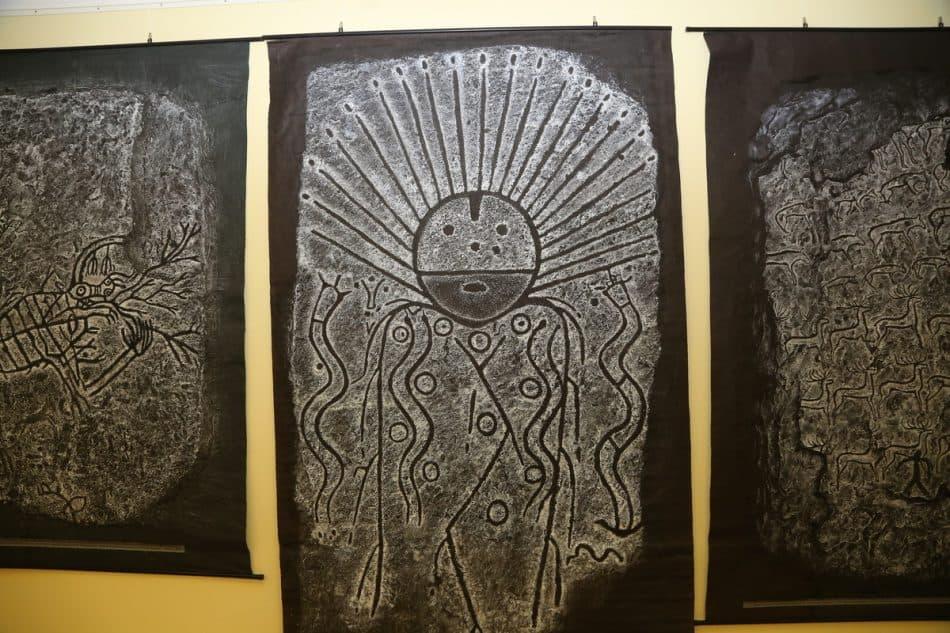 В центре копия стелы с изображением солнцеликого божества. Фото Владимира Ларионова