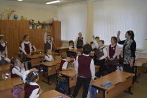 Вера Линькова ведет занятие с детьми