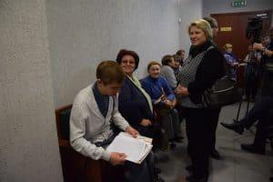 Галина Васильева с группой поддержки перед началом судебного заседания