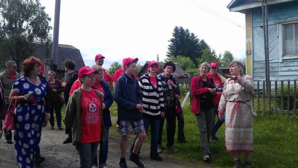 Наталья Савина проводит экскурсию по деревне Корза