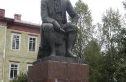 Памятник Ломоносову на его родине