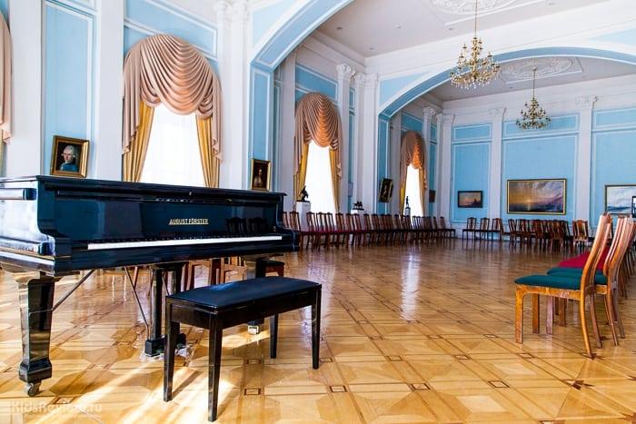 Интерьер бывшей домовой церкви гимназии. Русский зал музея ИЗО