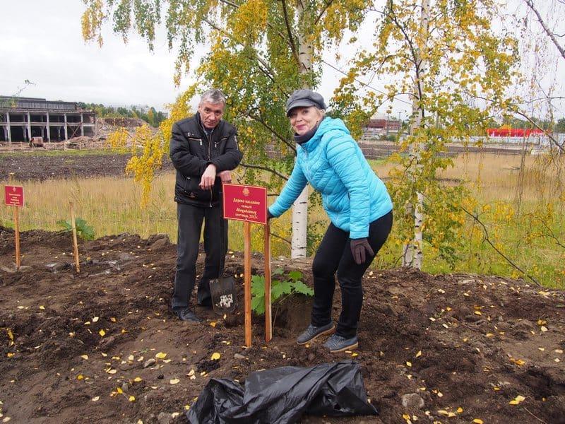 Семья Михайловых сажает свое деревце. Глава семьи (слева на снимке) когда-то работал на ОТЗ заместителем директора
