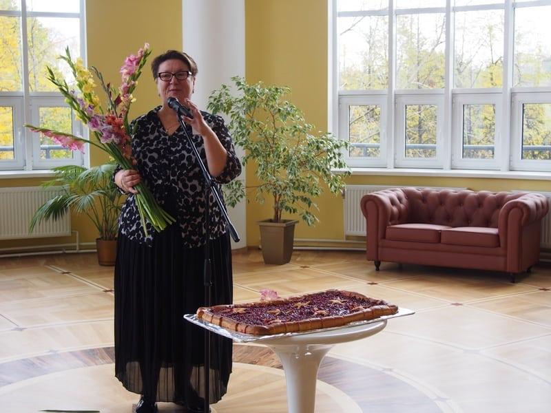 Гостей приветствует директор библиотеки Марина Никишина