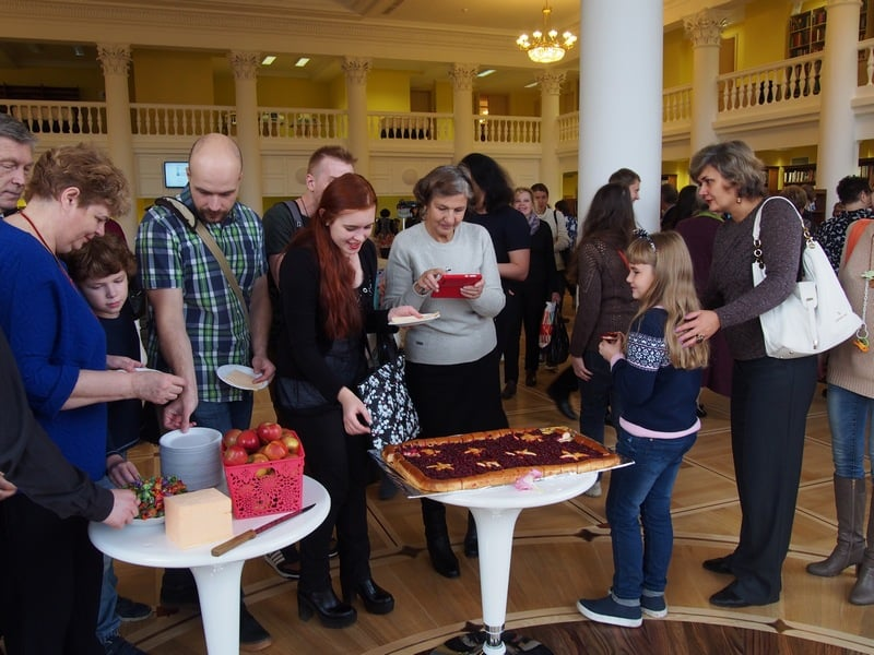 Гостей угощали пирогом с брусникой и яблоками
