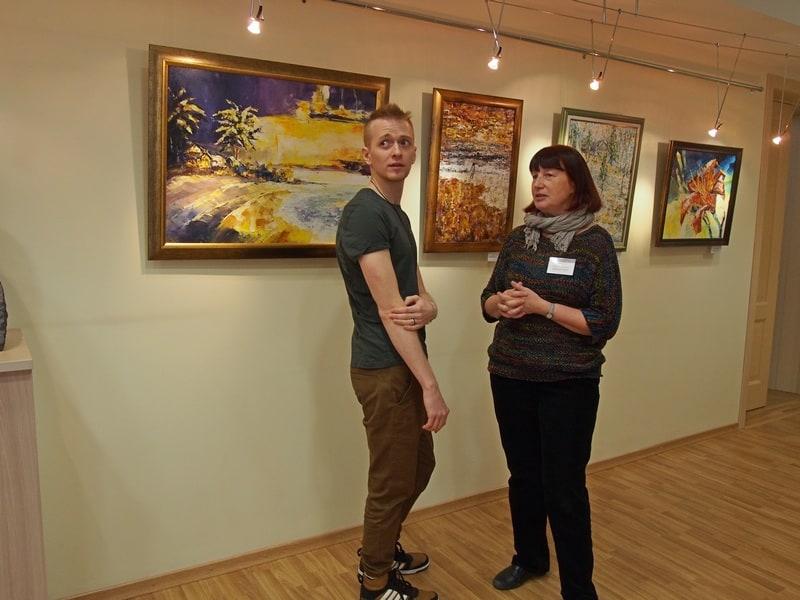 В отличном выставочном зале открылась экспозиция молодого карельского автора Николая Палосёлова. Справа - заведующая отделом периодики Ирина Кондратьева