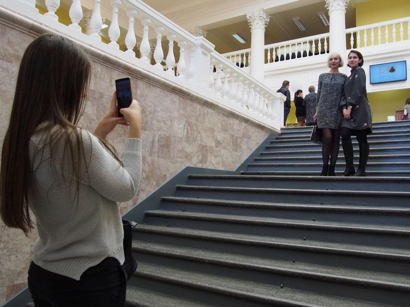 На новой лестнице не грех и сфотографироваться!